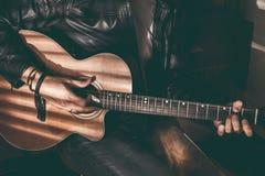 Stående av en stilig man med en spansk gitarr gitarrist royaltyfri bild