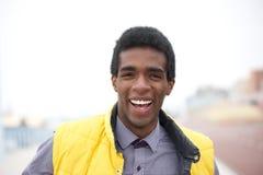 Stående av en stilig ung afrikansk amerikanman som utanför ler Royaltyfri Bild