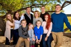 Stående av en stor familj royaltyfria foton