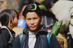 Stående av en svart Miao Hmong minoritetkvinna som bär den traditionella dräkten på gatan i Sapa, Vietman Royaltyfria Foton