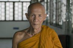 Stående av en thailändsk buddistisk munk Arkivfoton