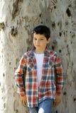 Stående av en tillfällig tonårig pojke, utomhus Arkivfoton