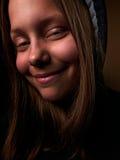 Stående av en tonårig flicka för jäkel med ett illavarslande leende royaltyfri foto