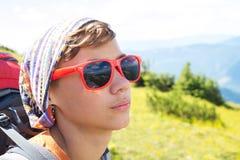 Stående av en tonåring i röd solglasögon som reflekterar monteringen Arkivbilder