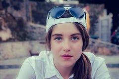 Stående av en tonårs- flicka i en baseballmössa Royaltyfri Foto