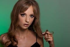 Stående av en tonårs- flicka med idérikt smink Arkivbild