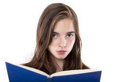 Stående av en tonårs- flicka som läser en isolerad bok på vit Arkivfoto