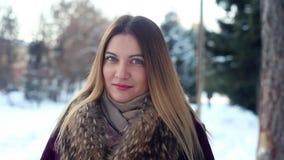 Stående av en trendig härlig flicka på en vinterskogbakgrund stock video
