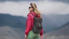 Stående av en turist för ung kvinna med en ryggsäck tillbaka sikt stock video