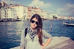 Stående av en turist- flicka i solglasögon med Grand Canal in Royaltyfri Fotografi