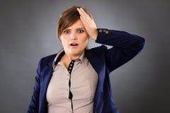 Stående av en ung affärskvinna som mycket minns något rackarunge arkivfoto