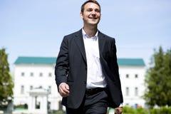 Stående av en ung affärsman i en mörk dräkt- och vitskjorta royaltyfria foton