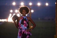 Stående av en ung afrikansk amerikankvinna i en sommarklänning Arkivbild