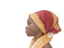 Stående av en ung afro- skönhet som bär en sjalett, sidosikt som isoleras Royaltyfri Bild