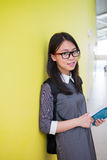 Stående av en ung asia kvinnlig student i universitet Arkivbild