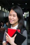 Stående av en ung asia kvinnlig student i universitet Arkivfoton