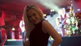Stående av en ung attraktiv flicka som dansar famously på en konsert arkivfilmer