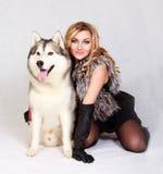 Stående av en ung attraktiv kvinna med en skrovlig hund Fotografering för Bildbyråer