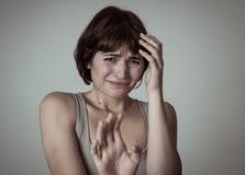 Stående av en ung attraktiv kvinna som ser skrämd och chockad Mänskliga uttryck och sinnesrörelser arkivbilder