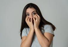 Stående av en ung attraktiv kvinna som ser skrämd och chockad Mänskliga uttryck och sinnesrörelser royaltyfria bilder