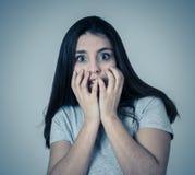 Stående av en ung attraktiv kvinna som ser skrämd och chockad Mänskliga uttryck och sinnesrörelser royaltyfri foto