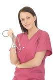 Stående av en ung attraktiv kvinnlig doktor With Stethoscope Fotografering för Bildbyråer