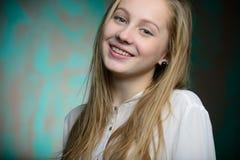 Stående av en ung blond härlig flicka Royaltyfri Foto