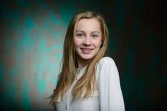 Stående av en ung blond härlig flicka Royaltyfri Fotografi