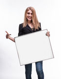 Stående av en ung blond hållande tom affischtavla royaltyfri fotografi