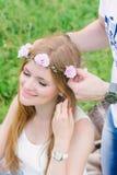 Stående av en ung blondin som ler som hennes man arkivbilder