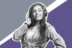 Stående av en ung brunettkvinna som lyssnar till musiken med hörlurar Livsstil, folk och teknologibegrepp konstskönhet clouds bar royaltyfri foto