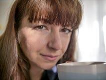 Stående av en ung brunettkvinna som ser rak, närbild arkivbild