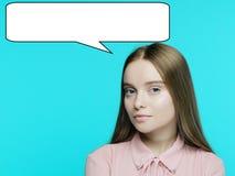 Stående av en ung eftertänksam flicka med ett jollersamtal över hennes huvud royaltyfri bild