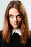 Stående av en ung eftertänksam kvinna fotografering för bildbyråer