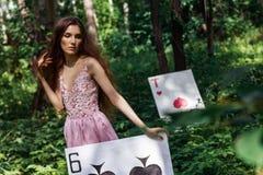 Stående av en ung flicka i en rosa klänning som Alice i underland Royaltyfria Bilder