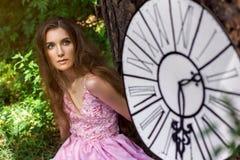 Stående av en ung flicka i en rosa klänning som Alice i underland Royaltyfria Foton