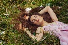 Stående av en ung flicka i en rosa klänning som Alice i underland Fotografering för Bildbyråer