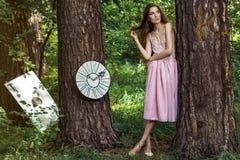 Stående av en ung flicka i en rosa klänning som Alice i underland Royaltyfri Fotografi