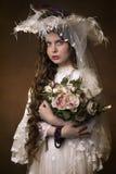 Stående av en ung flicka i en vit hatt royaltyfri bild