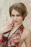 Stående av en ung flicka i färgrik lyxig klänning royaltyfri bild