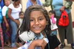 Stående av en ung flicka, i Nicaragua att le royaltyfri foto