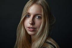 Stående av en ung flicka med blont hår Arkivbild