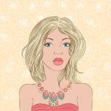 Stående av en ung flicka med ett härligt halsband Royaltyfria Foton