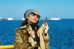 Stående av en ung flicka på havsbakgrund Royaltyfri Fotografi