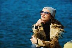Stående av en ung flicka på havsbakgrund Royaltyfria Bilder