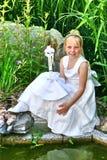 Stående av en ung flicka, religiös beröm Arkivfoto