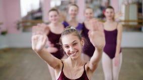Stående av en ung flickabalettdansör i en lila balettbody, le som överför en luftkyss som utför behagfullt a lager videofilmer