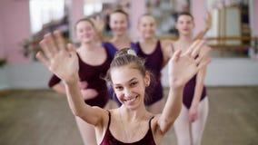 Stående av en ung flickabalettdansör i en lila balettbody, le som överför en luftkyss som utför behagfullt a arkivfilmer