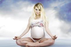 Stående av en ung gravid kvinna Arkivfoto