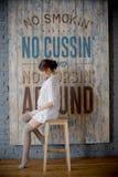 Stående av en ung gravid kvinna i den vita skjortan i fotostudio Royaltyfri Fotografi